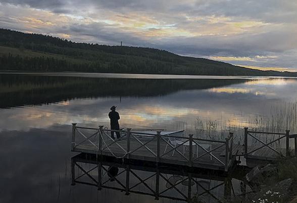 Robban går och fiskar i Galasjön