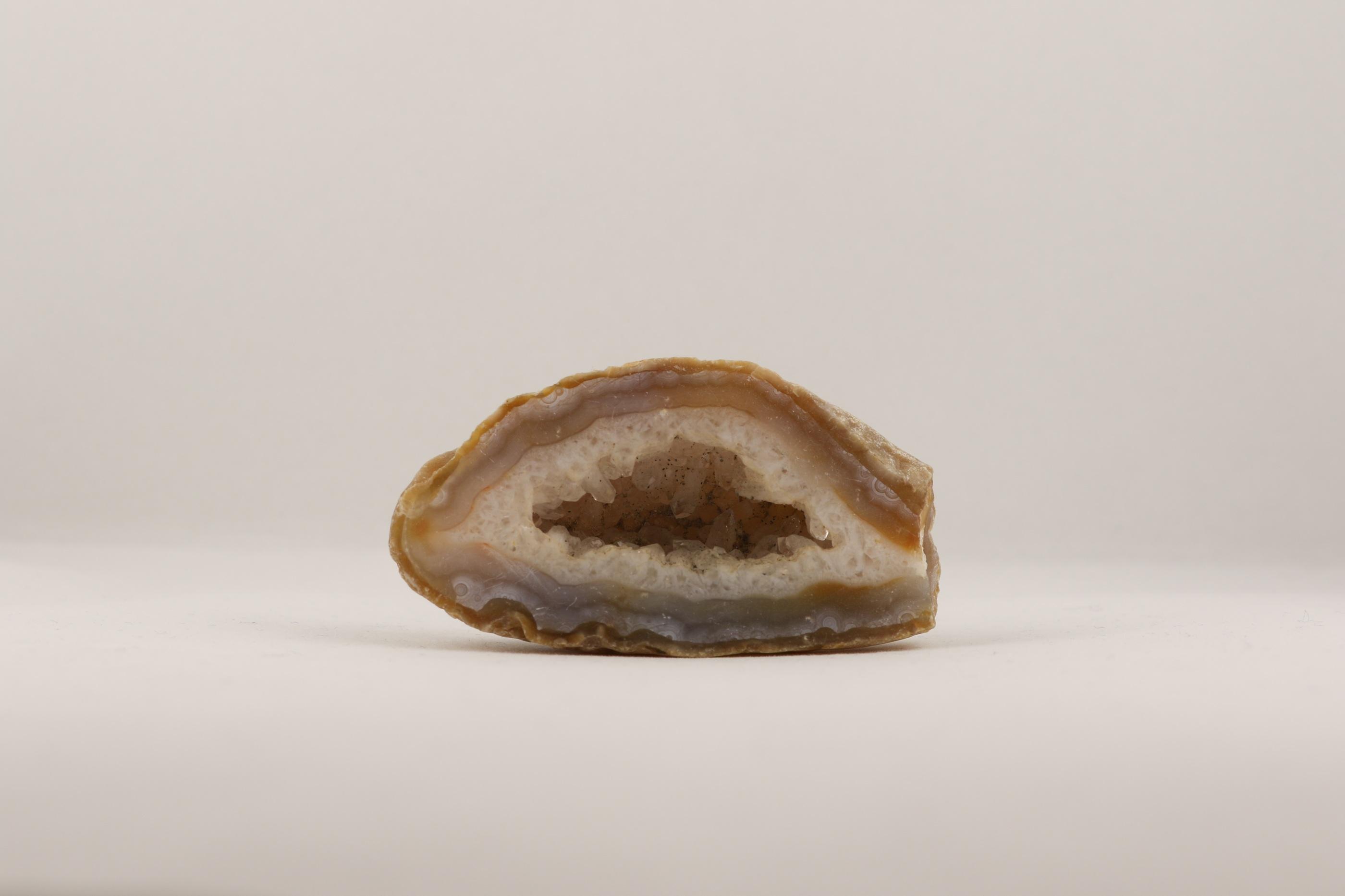 Agatgrotta ädelsten kristaller slipade stenar healing stenar chakra stenar