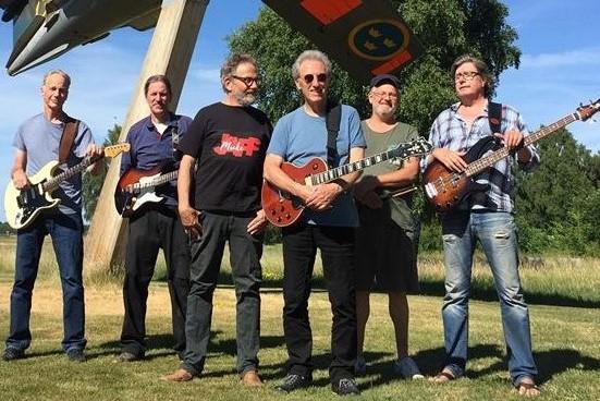Micke Japp med Mats Zetterberg og Mo Witham et skridt foran de øvrige – som er Jan Nilsson, guitar,           Ulf Algotsson, guitar, Björn Franzén, trommer, og Jan Wallgren, bas. Foto: Nils Pihl Bohlin