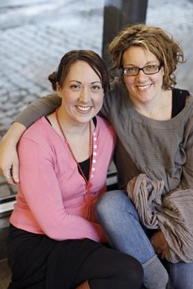 Maria Nilsson Thore tillsammans med sin syster Annika. Småbarnsböckerna Sami somnar och Vira vaknar är deras gemensamma verk.