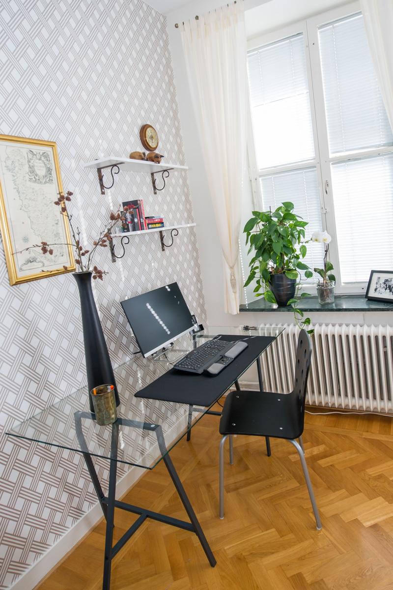 Elegant och luftigt hemmakontor skapat med DIY, måttbeställd glasskiva och svarta benbockar från Ikea.