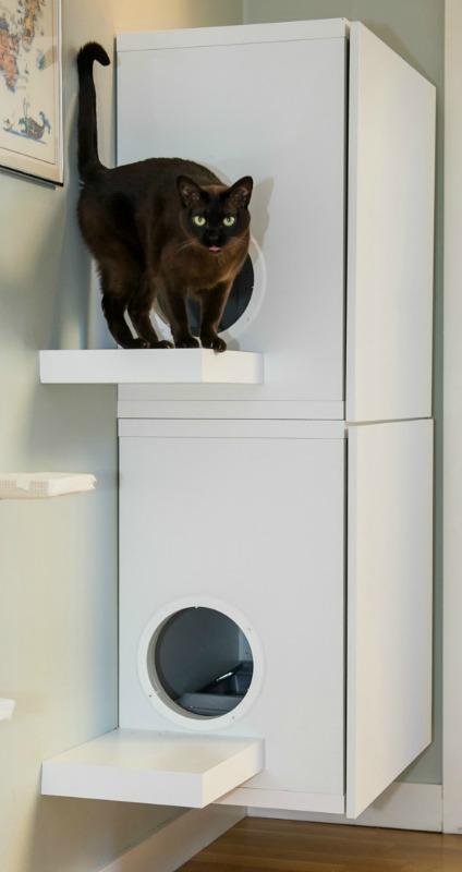 Vi älskar våra katter, men kanske inte kattlådorna lika mycket. 2 Ikeaskåp BESTÅ och 2 tallriksventiler som hade exakt rätt diameter till hålen, blev skåp till kattlådorna. Smidigt.
