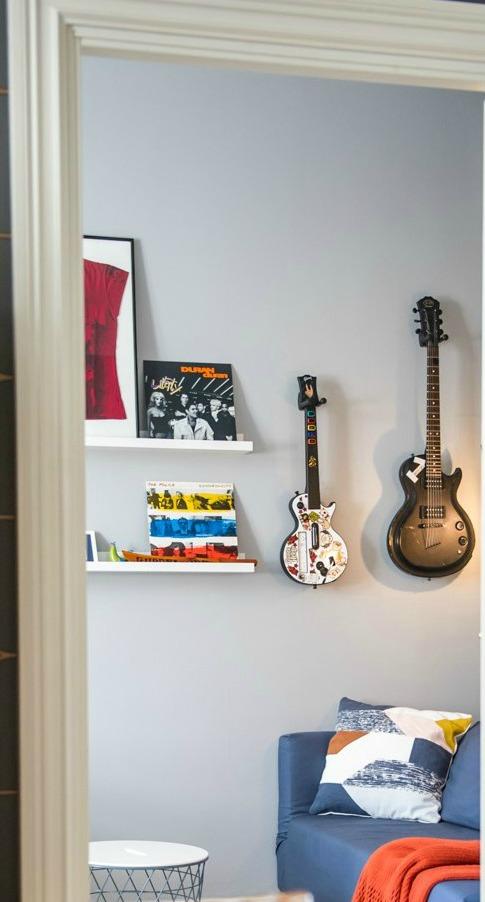 Inreda med gitarrerna på väggen i tonårsrum