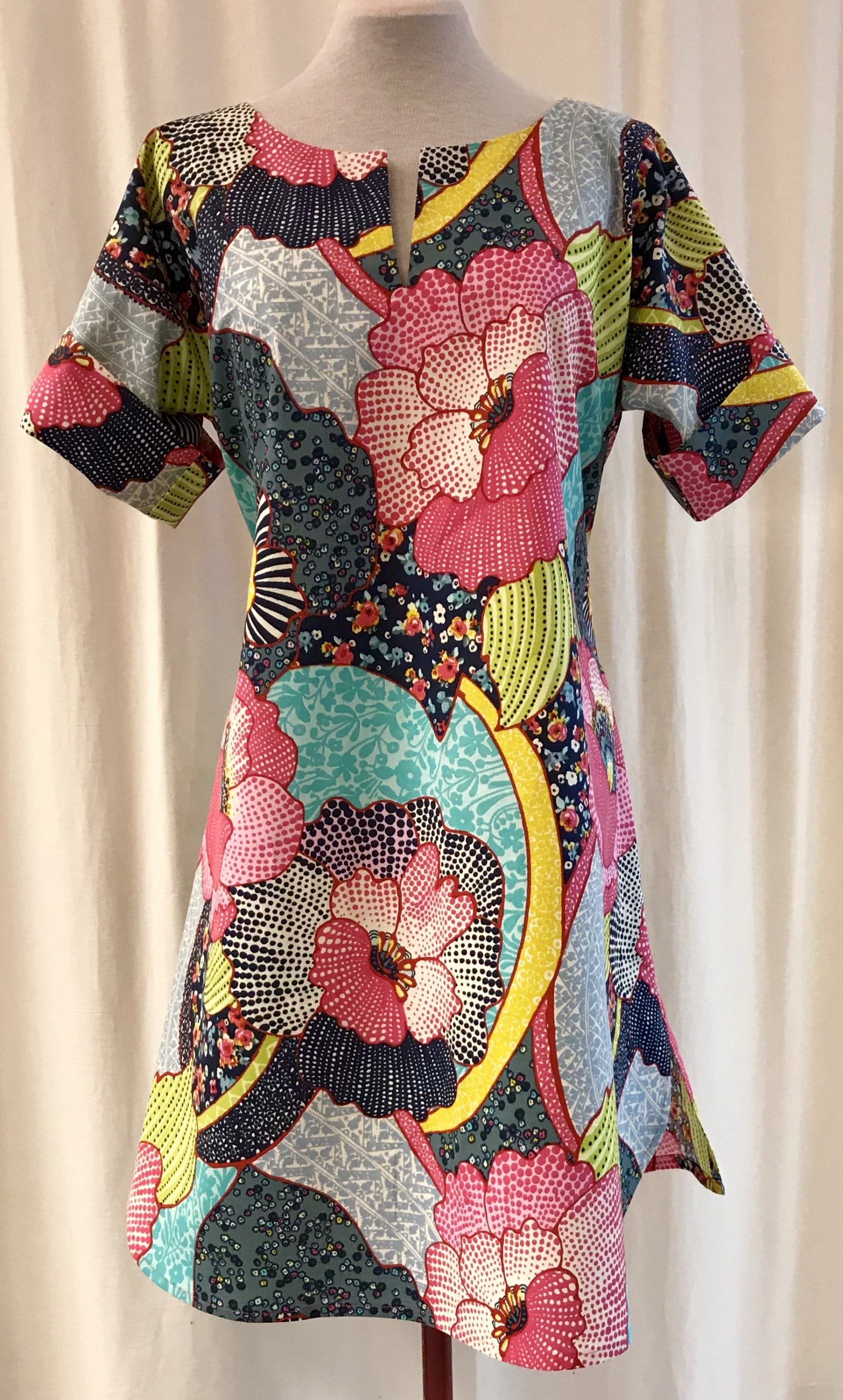Anemona klänning SaraLaholm Sommarblom bomull unik design närproducerat färgglad
