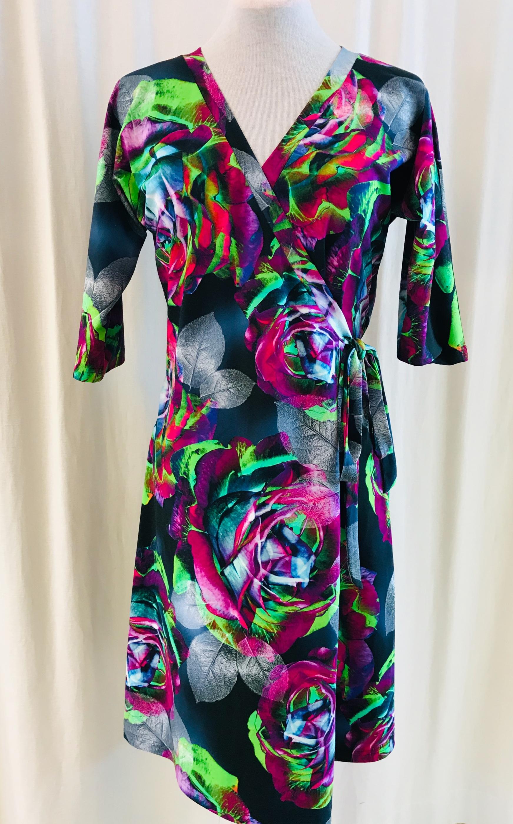 SaraLaholm klänning viola omlottklänning Neonros unik design