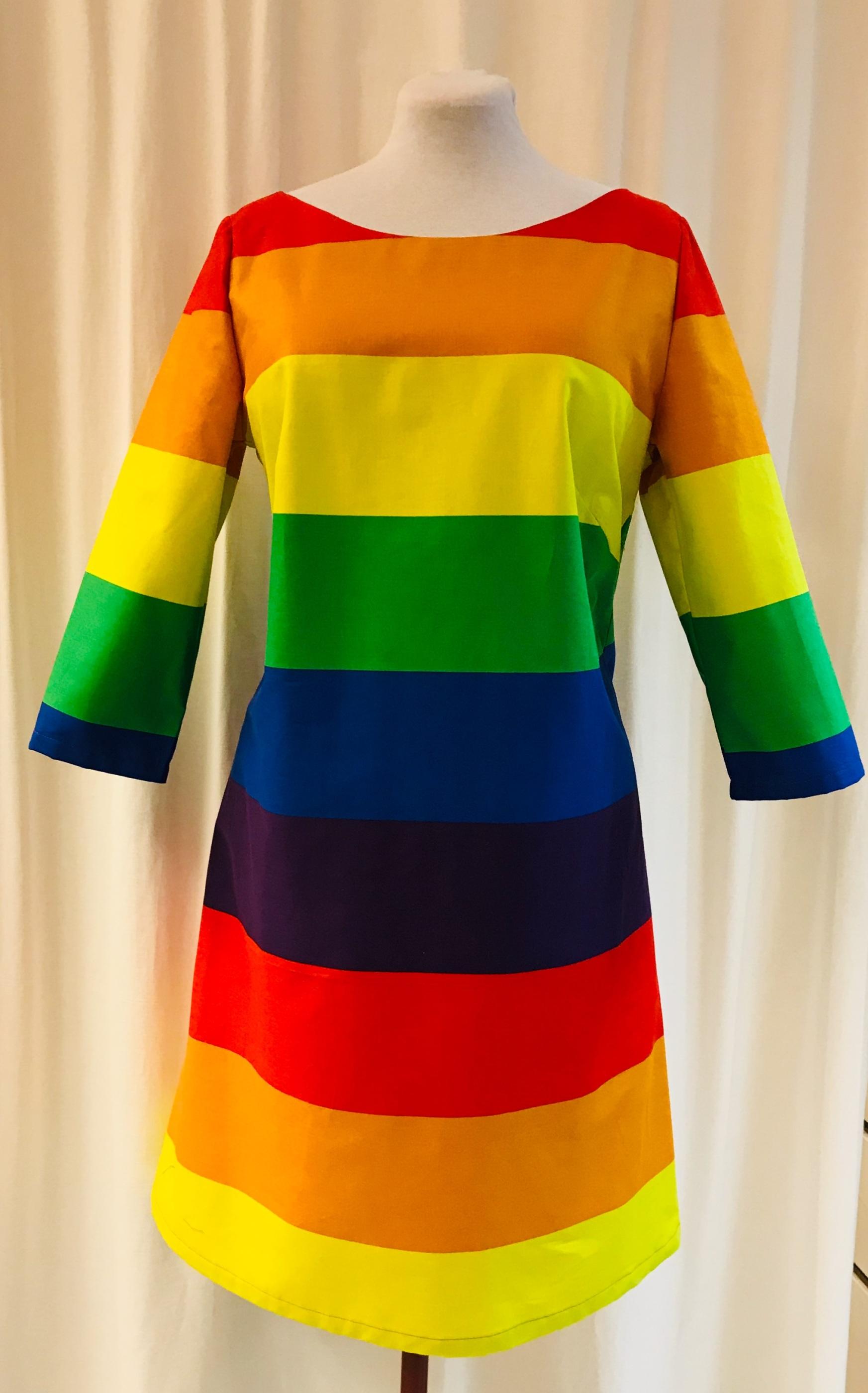 SaraLaholm klänning Solbritt regnbåge färgglad randig Pride bomull unik design