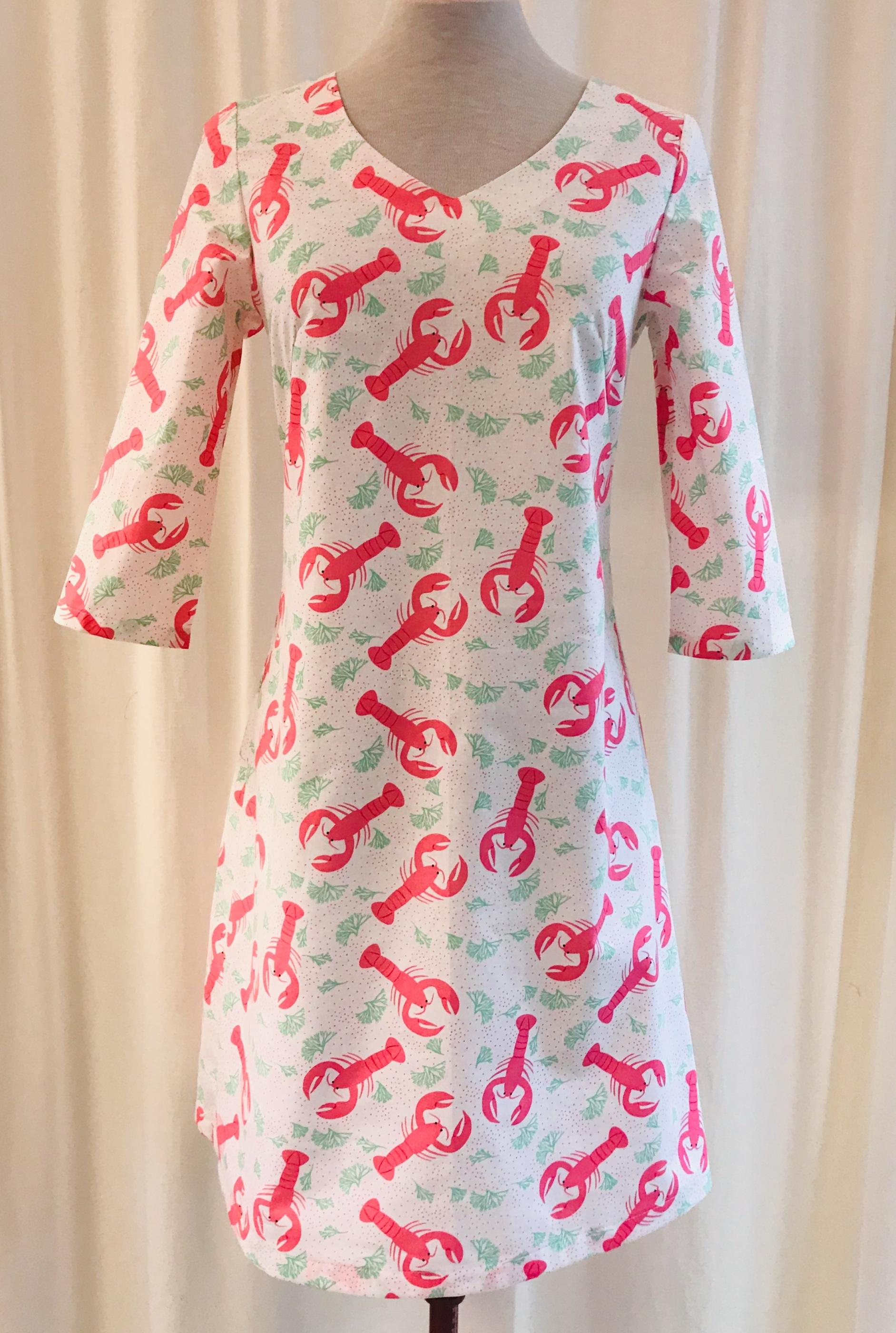 Solbritt klänning regnbågsglass i en skön bomull. 100% bomull. Vit bottenfärg på tyget.  Blixtlås bak. Klänningen på bilden har kort ärm och v-ringning. Ofodrad. Tvättas i 40 grader med liknande färge