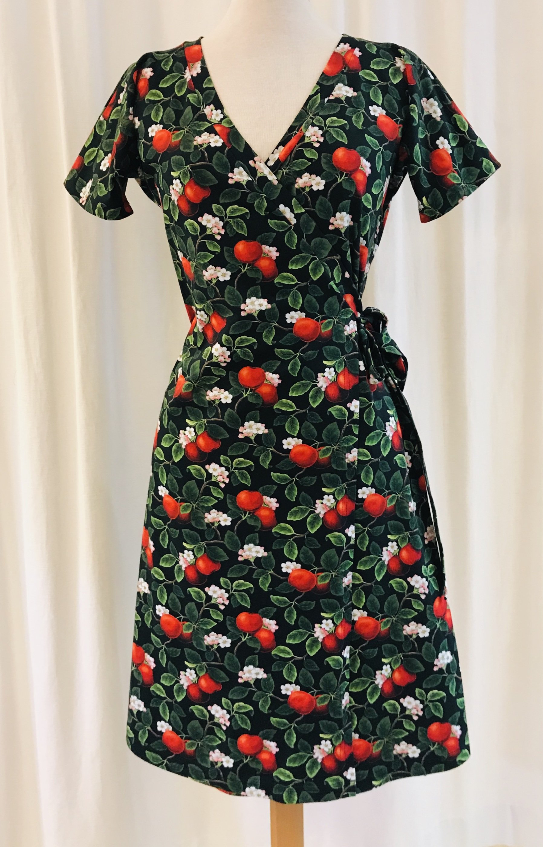 Omlottklänning Viola bomull trikå äppelblom äpple svart SaraLaholm unik design