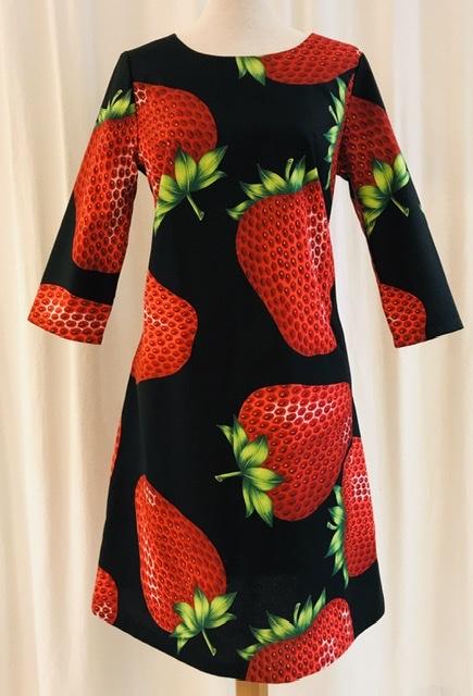 Klänning Solbritt bomull jordgubbe svart unik design mer färg åt folket SaraLaholm