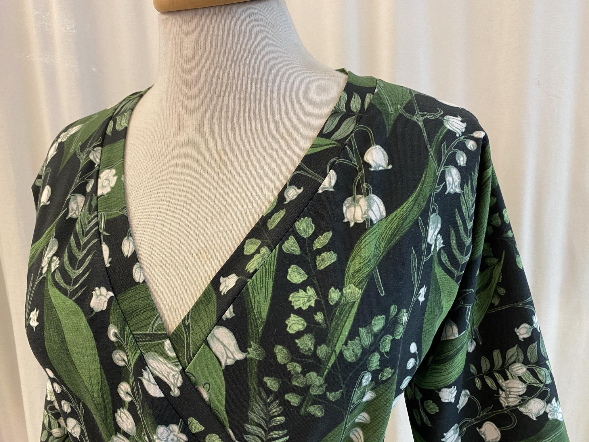 SaraLaholm Viola klänning omlottklänning liljekonvalj vår unik design svart grön blommor bomullstrikå