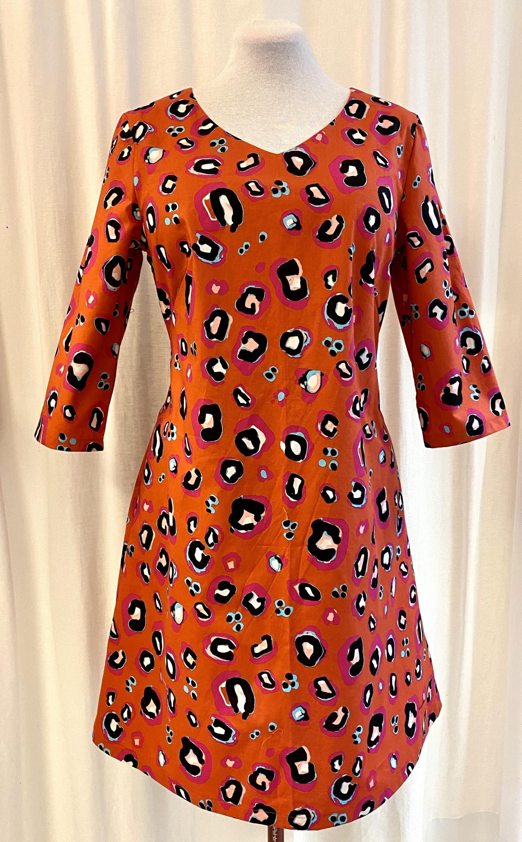 SaraLaholm klänning Solbritt unik design leopard rosa turkos bränd orange djurmönster bomull