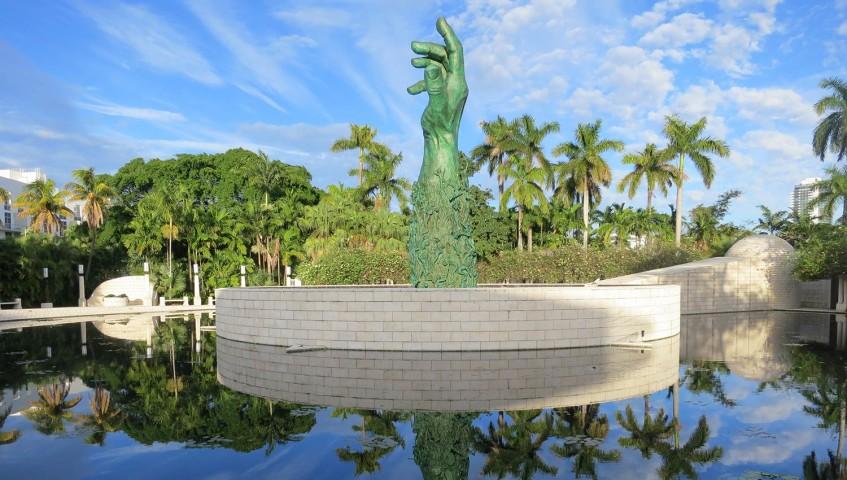 Det är en stark upplevelse att gå runt vid detta minnesmärke, titta på statyerna och läsa namnen på många av offrena från denna hemska händelse. Vi rekommenderar att du stannar till här, ser detta och minns vad som hände under förintelsen.