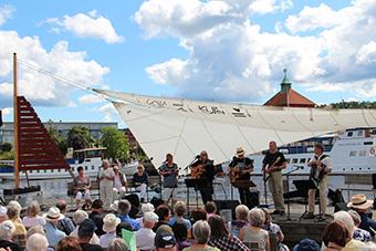 Varje år i juli månad ger vi Uddevallaborna en gratiskonsert oftast utanför Bohusläns museum.