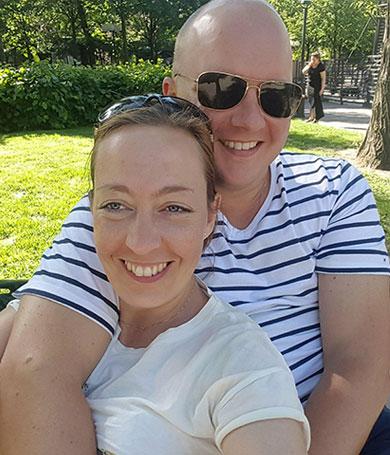 2017 Jag och Patrik myser på en parkbänk i Stockholm