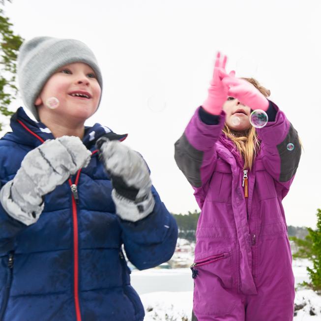 Pojke och flicka i snön