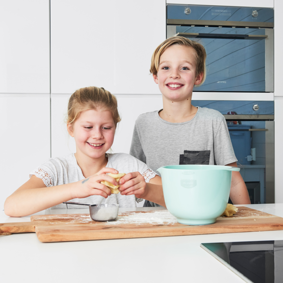 Två barn som bakar