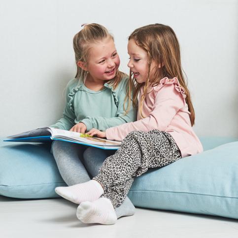 Barn som läser i en bok