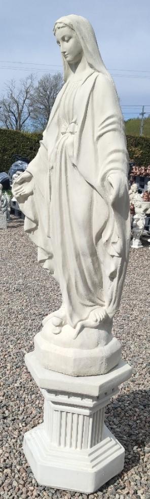 Maria på sockel