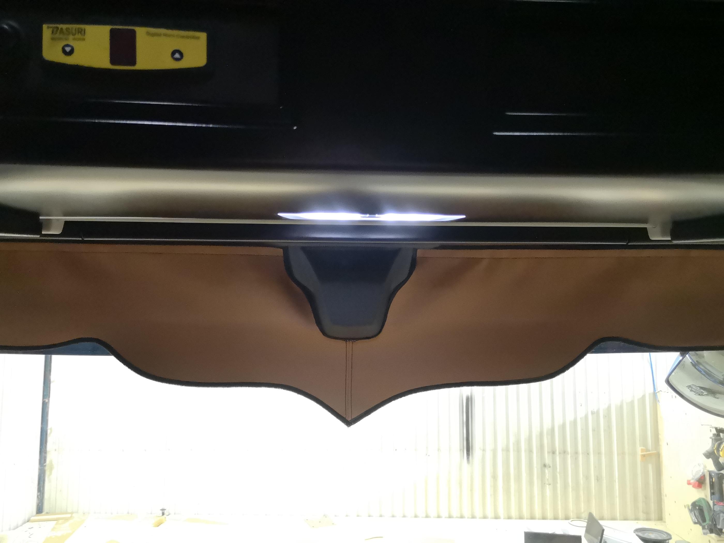 Frontkappa i skinn, urkapad för sensor