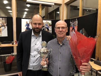 Peter Wikström tog emot priset av ordförande Johan Storåkers. Foto: Jonas Hedman