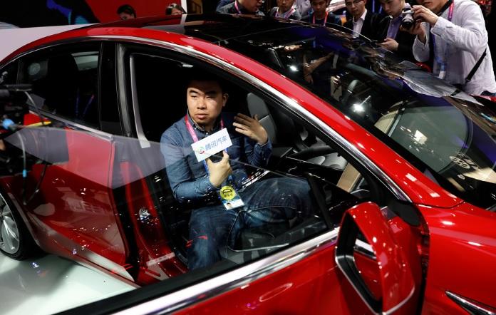 Tesla Model 3 visas upp under Auto China 2018 motorshow i Beijing. Fotro:  REUTERS/Damir Sagolj. TT.
