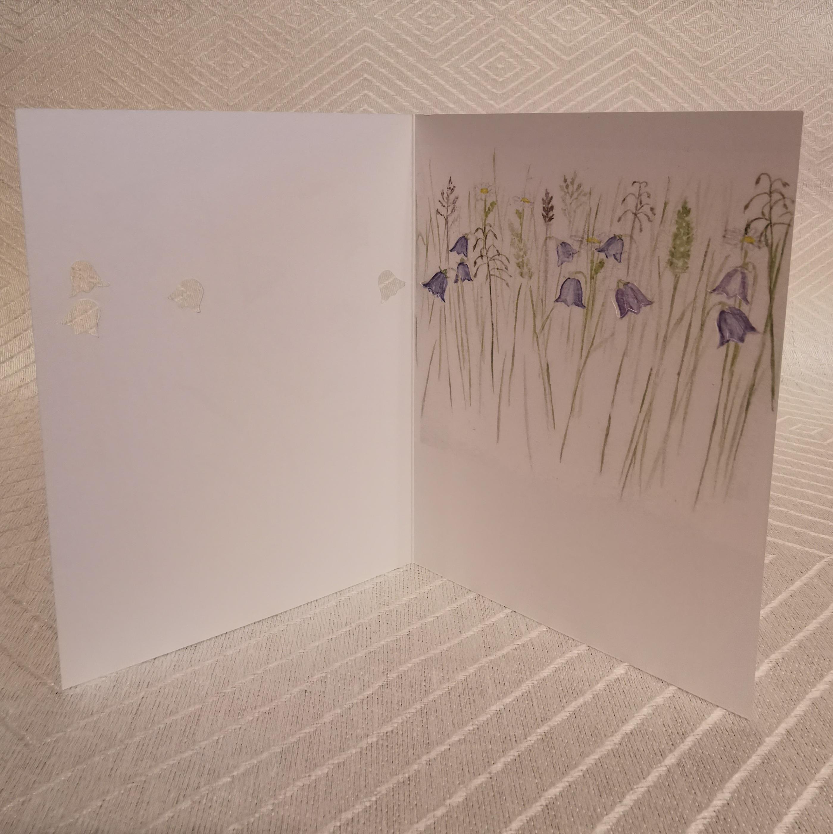 Vikt kort i akvarell med surprise blåklockor insidan