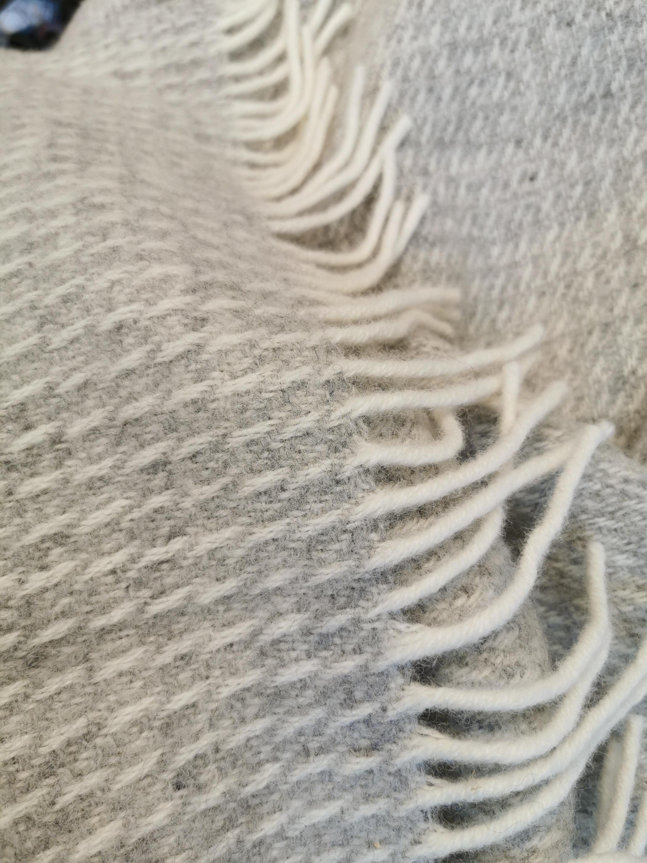 Pläd Line light grey lambswool Klippan i Skattkistan