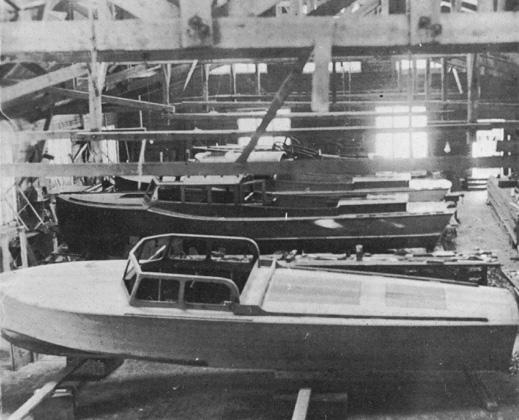 Varje vinter byggdes ett antal vackra mahognybåtar i Sjöexpress imponerande varvshall.  Foto ur C-H Ankarbergs samlingar