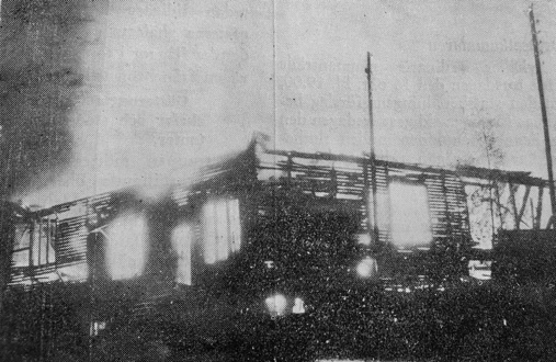 Sjöexpress stora varvshall, där så många vackra träbåtar sett dagens ljus, brann i oktober 1947 ner till grunden. Foto Lidingö Tidning.