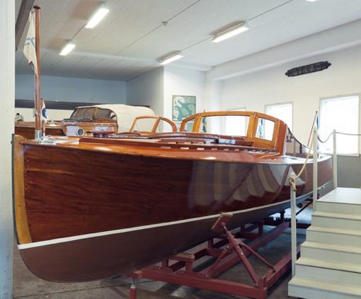 """Många fina Sjöexpressbåtar finns kvar än idag. Här ses en kravellbyggd mahognymotorbåt, s.k. """"Forslundsracer"""", byggd på Sjöexpress varv på Lidingö 1928 – 1929,nu nyrenoverad till originalskick. Ägare är Sjöhistoriska muséet."""