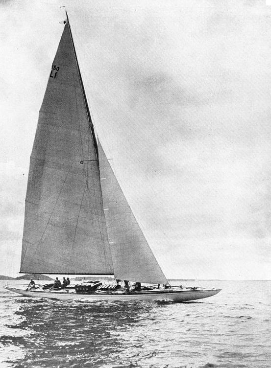 """Ett exempel på varvets stora produktion, den imponerande 150 m2 skärgårdskryssaren """"Singoalla"""" som byggdes på Hästholmsvarvet 1919. Hon var 23,94 m lång och 3,31 m bred,med ett  deplacement på 16 ton. Den kände båtkonstruktören Gustaf Estlander ritade henne för eget bruk. I fem kappseglingsstarter tog hon fem förstapris."""