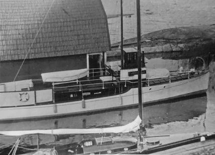 Motorkryssaren m/y Standard, ritad av Knut Ljungberg ses här vid båthuset på Helsingholmarna.