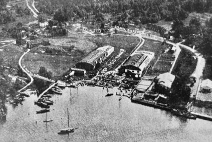 Flygbild över Hästholmsvarvets välorganiserade anläggning i Gåshaga. Till höger låg den stora båtverkstaden, i mitten slipen som tog 100 ton och till vänster båtförvaringshallen.