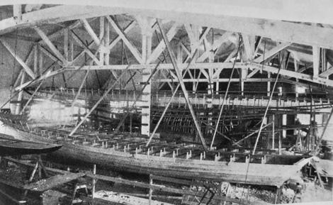 I varvets imponerande varvshall pågick samtidigt byggen av flera stora båtar. På bilden, tagen före 1925, ses en stor motorjakt och i bakgrunden en 150 kvm skärgårdskryssare under byggnad. Foto ur C-H Ankarbergs samling.
