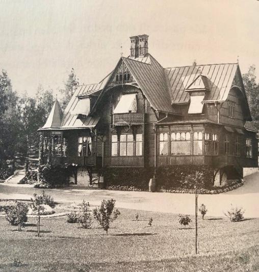 """Den vackra sommarvillan i """"Rasta"""" blev närmast """"inringad"""" av varv och oljecisterner, varför ägaren tröttnade och sålde huset till Svenska Shell. Namnet Rasta lär vara en kortversion av """"Rastad""""."""