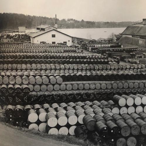 På den en gång så vackra tomten för sommarvillan Rasta växte oljelagret fram. Till höger skymtar Hästholmsvarvets stora varvshall. Arkiv: Börje Bohman.