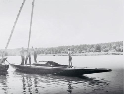 Den helt nybyggda A:30an Tintomara riggas vid mastkranen på Fröbergs varv 1955. Foto: Yngve Ahlbom.