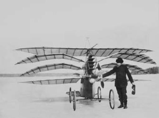 """Nyberg visar upp sitt lilla flygplan """"Flugan"""" på Grönstavikens is under en av sina otaliga provturer."""