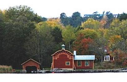 Vid Grönstaviken byggde Nyberg sin flyghangar med det karaktäristiska taket. Hangaren och båthuset är byggnadsminnesförklarade sedan 1985.