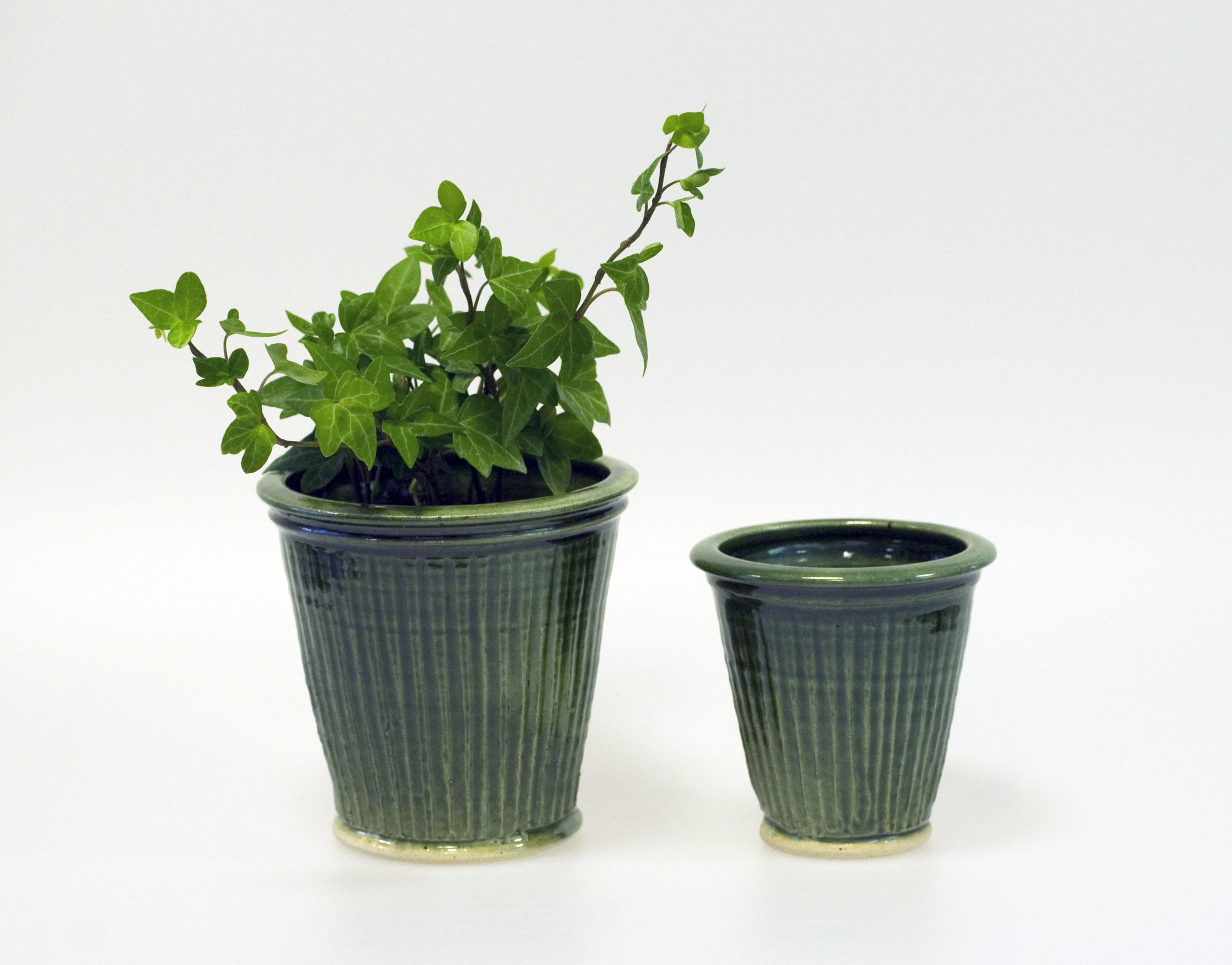 Handdrejad kruka m. växt
