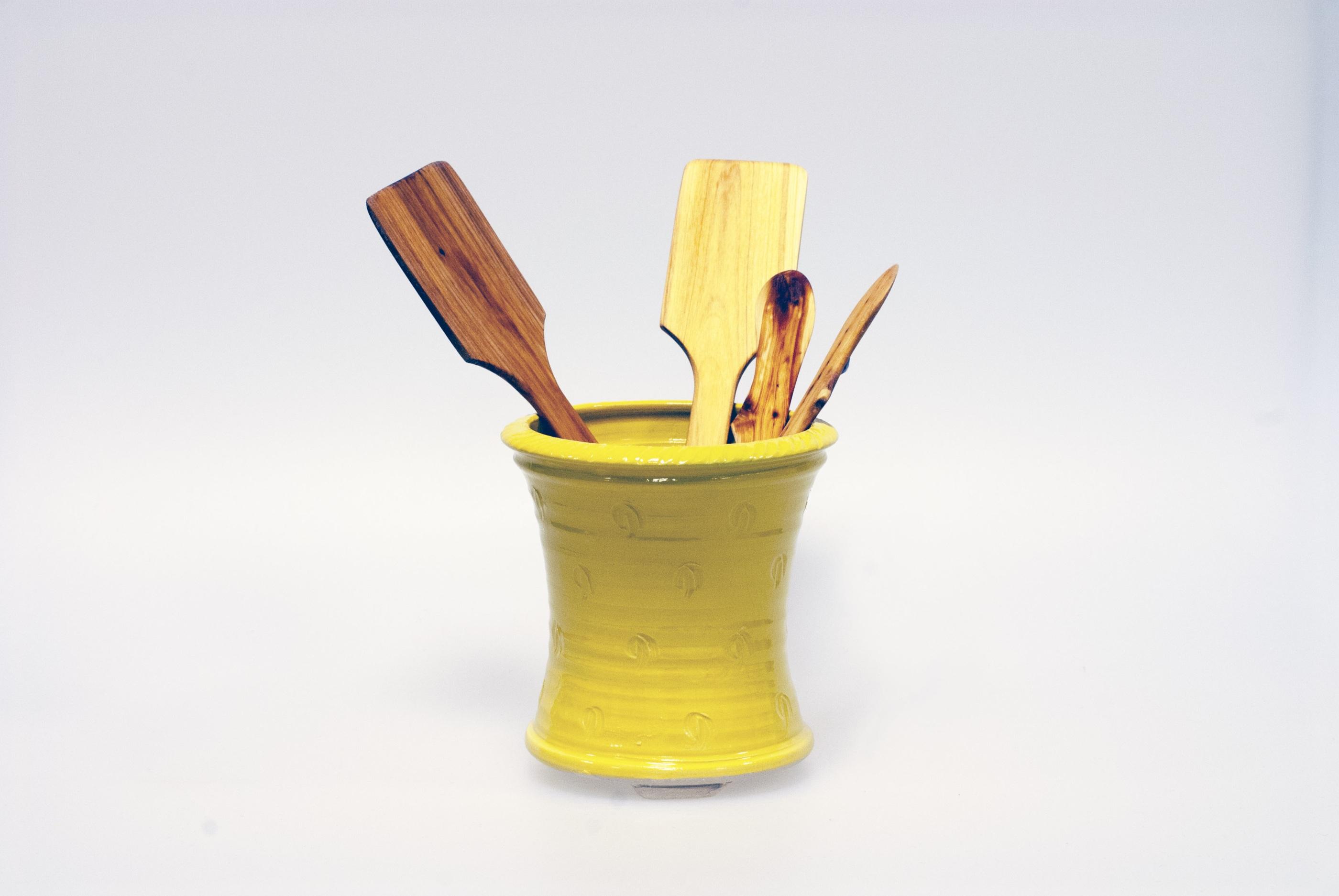 Handsnidad smörkniv och stekspade i handdrejat diskställ