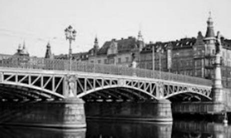 Djurgårdsbron sedd från Djurgårdssidan. I bortre broändan möter Strandvägen åt vänster och höger samt Narvavägen rakt fram.