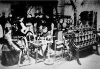 Bilden är från Trådfabrikens bomullsspinneri1888. Veckolönen var 15 kr/tim för kvinnor och 19.50/tim för män. Man arbetade 12,5 timmar om dagen. Timlönen var 11-17 öre för kvinnor och 11- 34 öre för män. 1891 i december blev arbetsdagen 10,5 timmar.