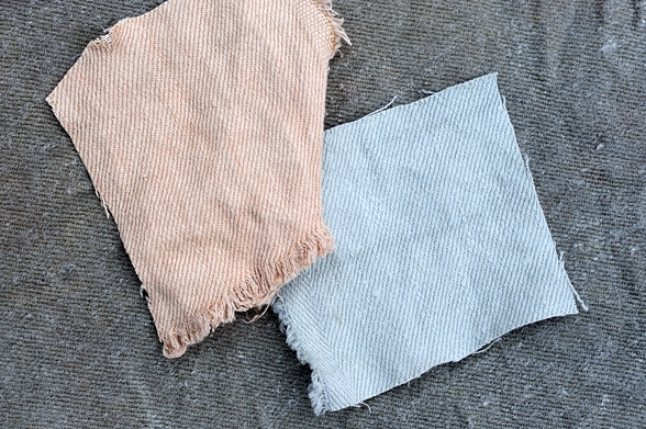 Hampatyg färgat med bönor ger fina blå färger. Det mörkare tyget visar färgen efter behandlig med bivax och stearin. Lökskal ger varmt bruna toner.