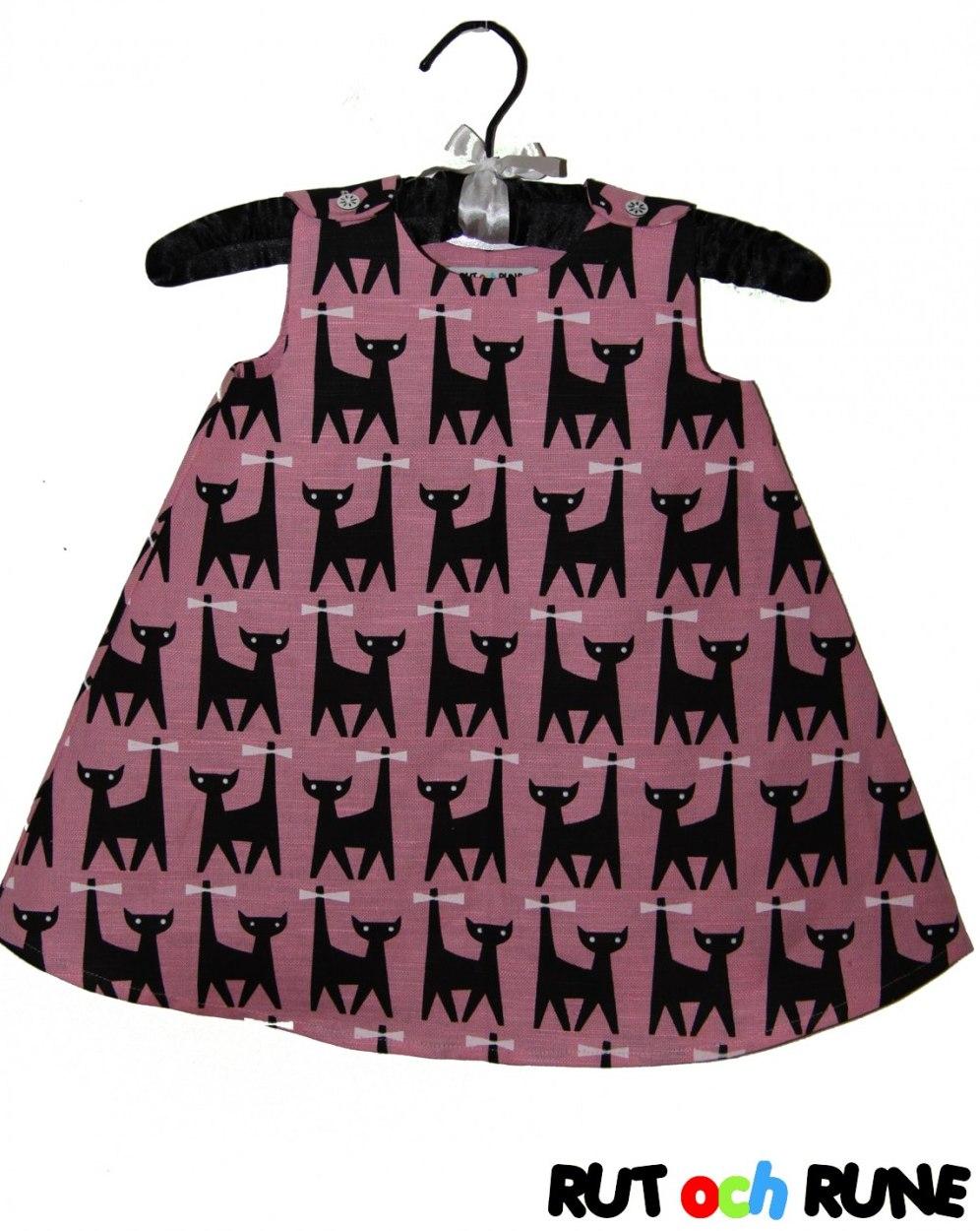 Klänningen för kattälskare. Den är sydd i halvlinnetyg från Frösö  Handtryck 74c9be99eb14b