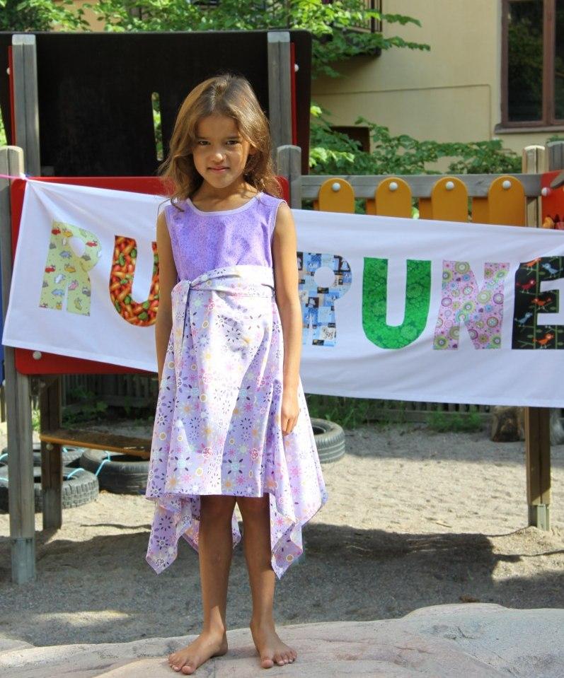 Hej Hopp idag har Rut namnsdagskalas med tårta och ballonger. Tyra har satt  på sig fina klänningen idag. bd53bc04a3aa7