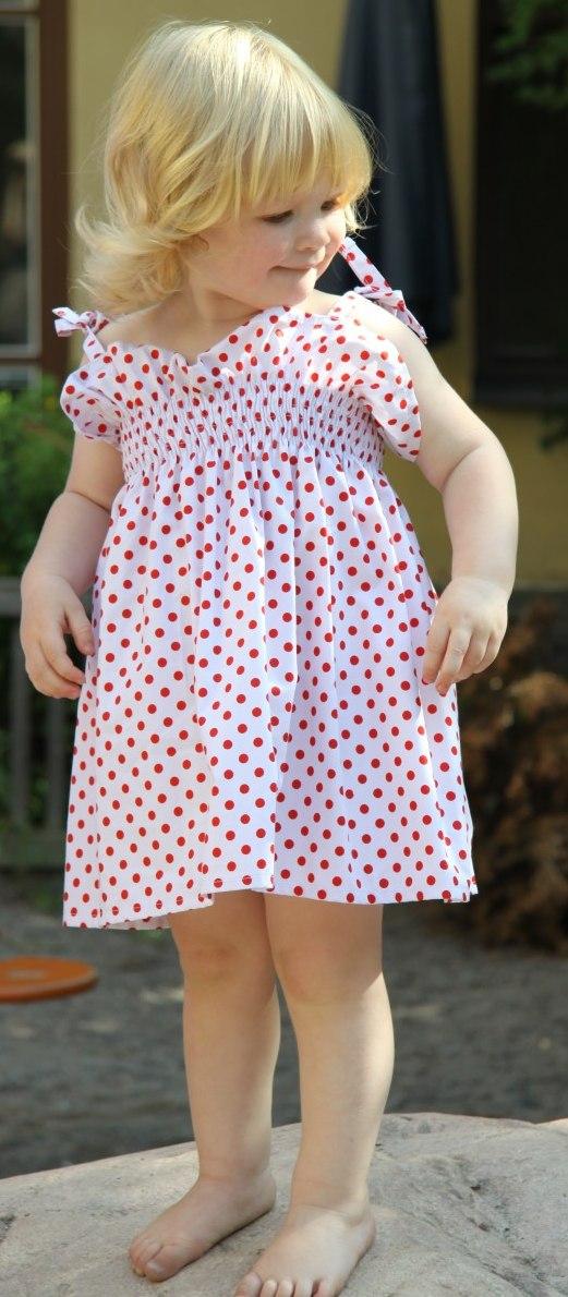 04cb8eb63ec4 Sommarens bästa enklaste finaste klänning. Prickig klänning med smock kan  fås i alla tyger