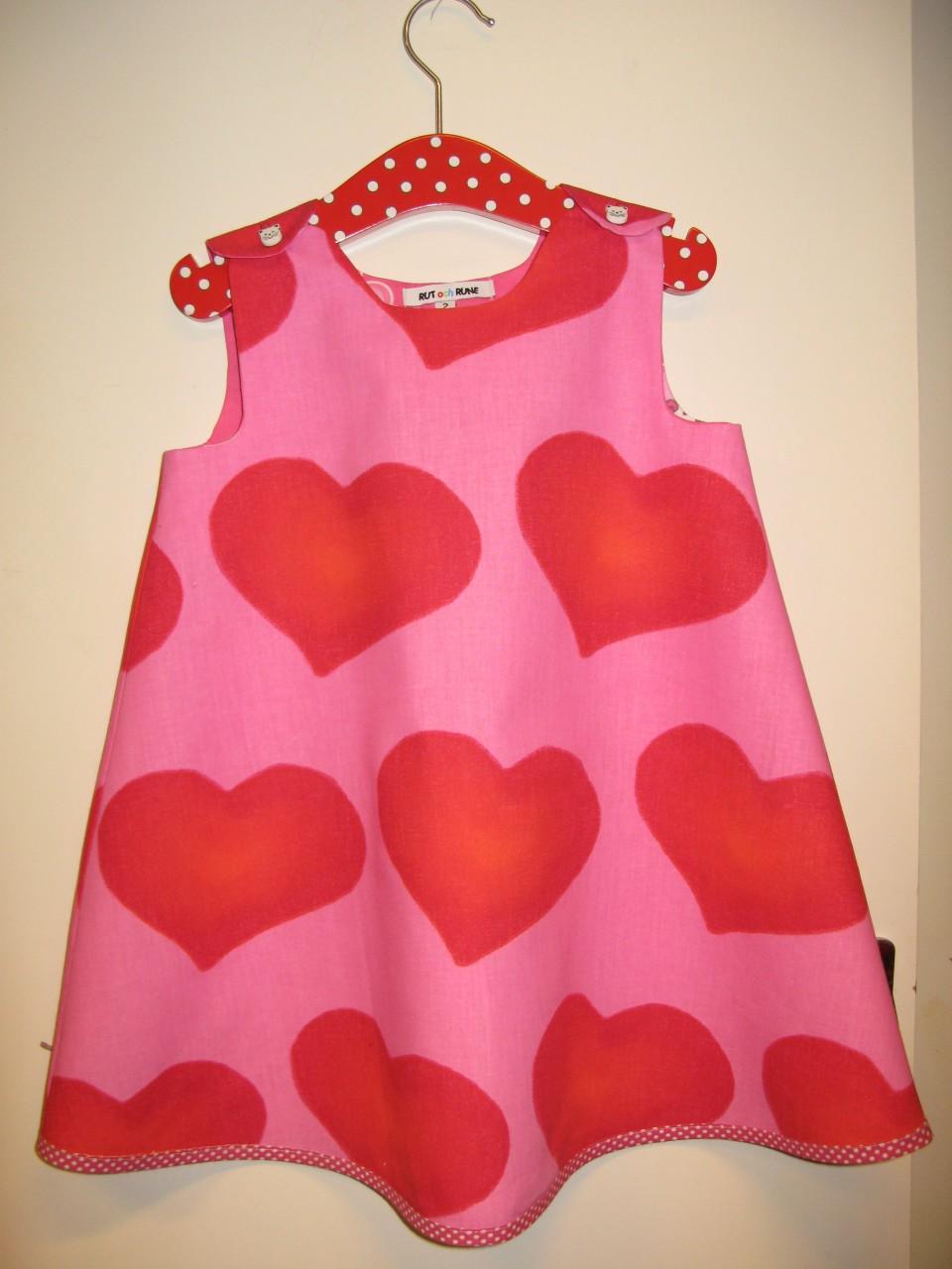 bdbbdf2adabc Röda hjärtan på rosa botten kan det bli bättre? Vi har flera klänningar med  hjärtan på bara att gå in och beställa.Vi på Rut och Rune har alla Hjärtans  dag ...