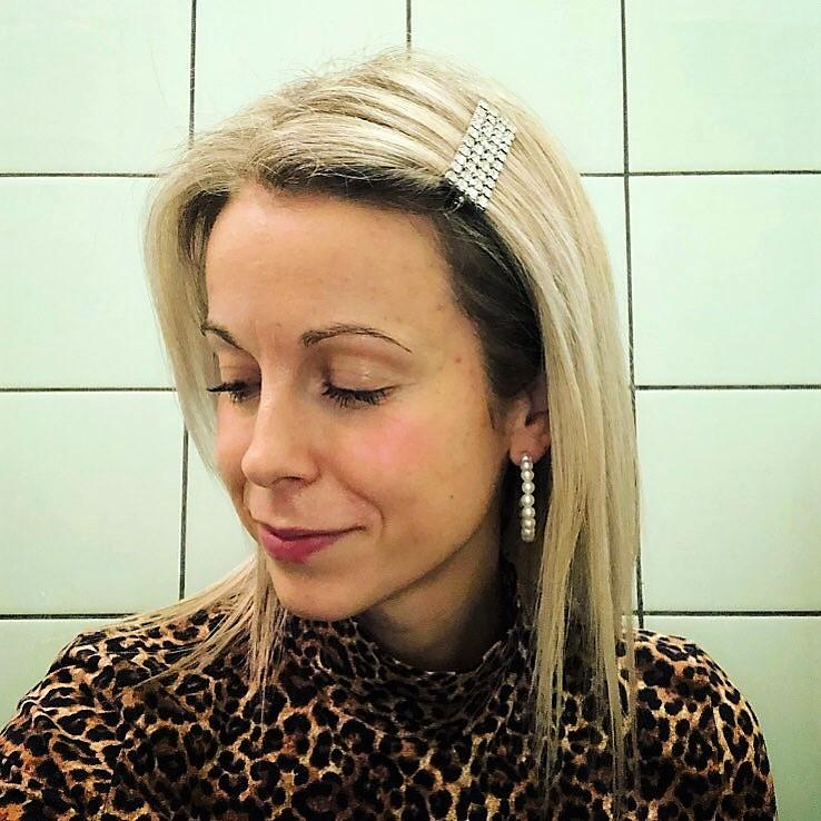 HOOP Örhängen - pärlor + ANNI Hårspänne i strass.