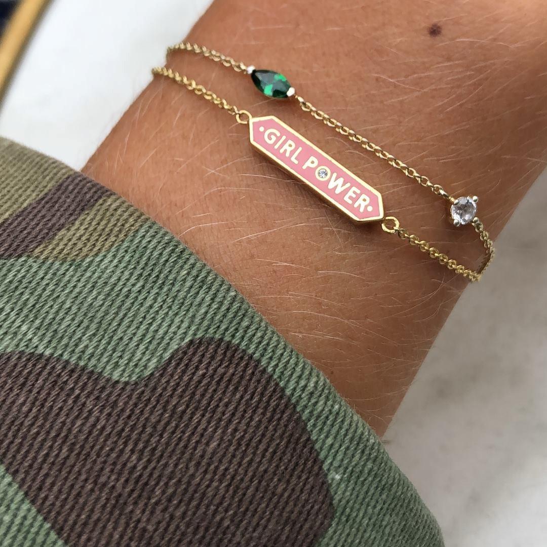 Det övre armbandet ingår utan kostnad (värde 425 kr).